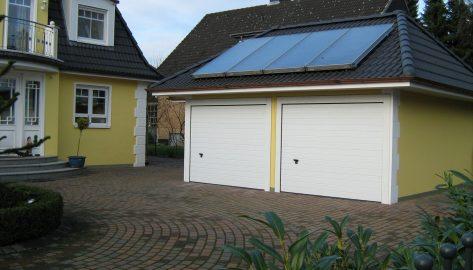 Doppelgarage mit Photovoltaik auf Satteldach