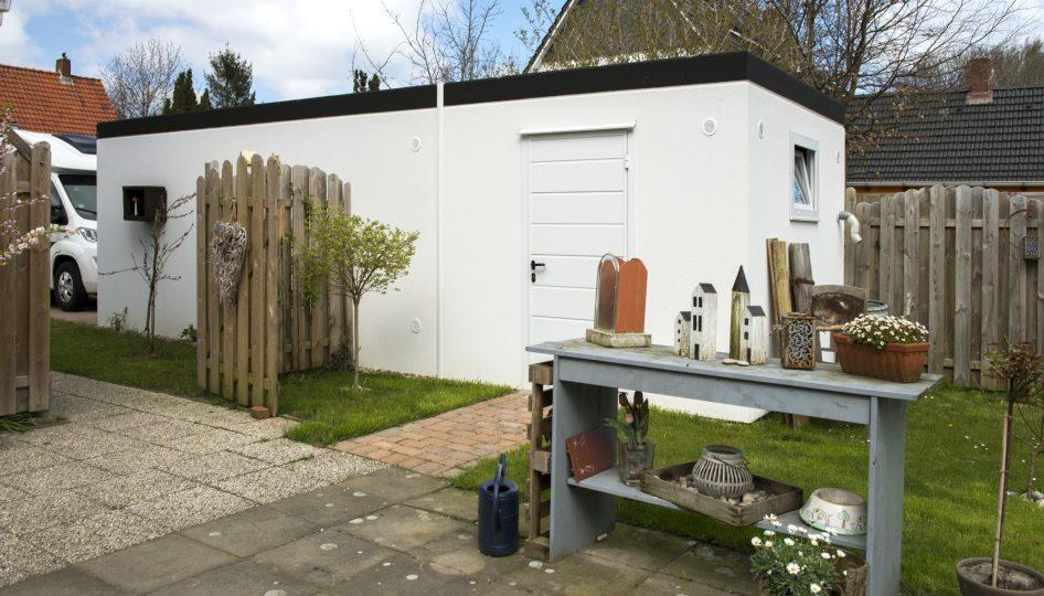 Fertiggarage mit Geräteraum und Nebeneingangstür in den Garten