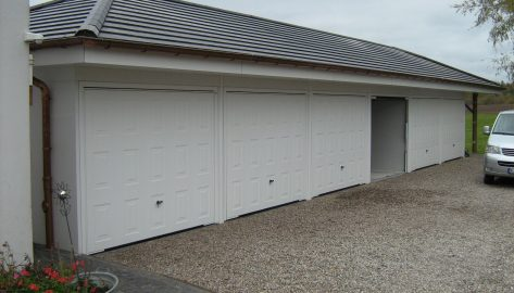 Kompakte 5er Garagenanlage mit Walmdach