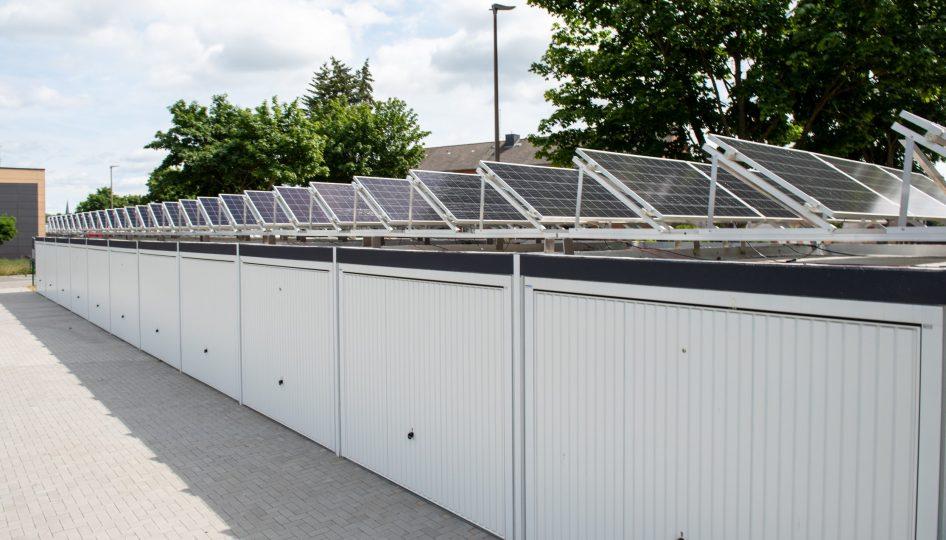 Große Reihengaragenlage mit Photovoltaik